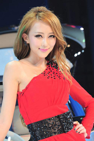 Qu Yutong,one of the 'Top 10 auto show models in China of 2012'by China.org.cn.