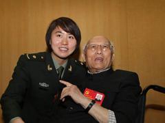 74岁、72年:最年长与最年轻的十八大代表 Youngest and oldest delegate to CPC congress