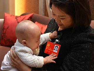四川两名女代表携婴儿参加十八大 Delegates bring their babies to Party congress
