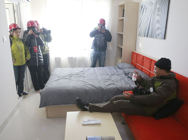 Journalists are invited by the media center of the 18th Party congress to visit Beijing's largest public rental housing community in Shijingshan district on Tuesday. [Photo/China Daily]