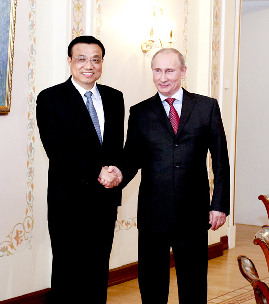 File photo taken on April 27, 2012 shows Li Keqiang (L) shakes hands with Russian president-elect Vladimir Putin during their talks in Moscow, Russia. [Photo/Xinhua]