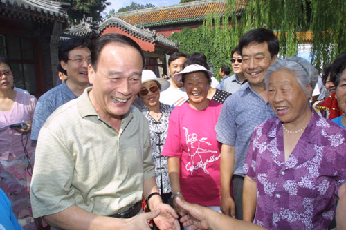 File photo taken on June 28, 2003 shows Wang Qishan (L front) spends the weekend with local residents in Beihai Park during the severe acute respiratory syndrome (SARS) prevention and control period in Beijing, capital of China. [Photo/Xinhua]