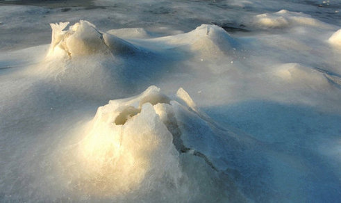 'Icy volcano' takes place at Jiaozhou bay