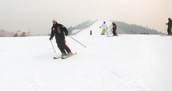 Skiers enjoy the slope at Yuyang Ski Resort. [Photo: CRIENGLISH.com/William Wang]