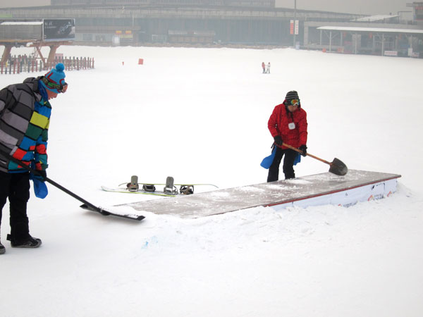 Two employees make sure the snowpark is ready for stunts. [Photo: CRIENGLISH.com/William Wang]