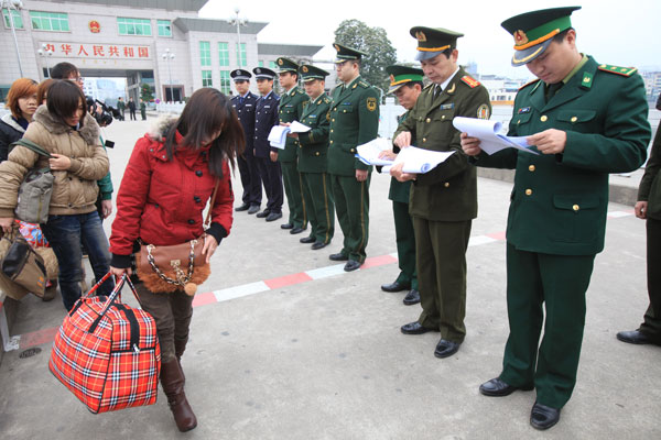 Seven Vietnamese women cross the China-Vietnam border to return home early last year. The women had been abducted and taken to Dongxing, the Guangxi Zhuang autonomous region, in 2011. One of them got a chance to make a phone call to Vietnamese police, who coordinated their successful rescue with Chinese counterparts. [Photo/China Daily]