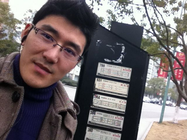 Xu Zhengguo at a bus stop in Hangzhou, Zhejiang province, on Jan 27. [Photo/China Daily]