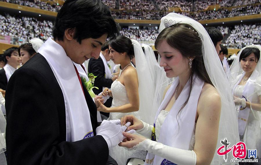 00对夫妇参加统一教集体婚礼 3,500 marry South Korea mass wedding图片