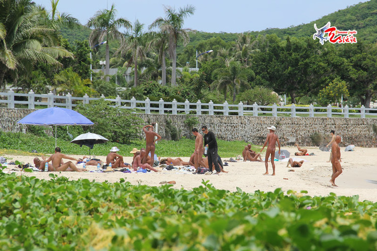 The so called nudist beach lies on Da Dong Hai (Great East Sea) beach, is only three kilometers from Sanya. It has become increasingly common to see groups of people chatting and playing cards in the nude at the far end of the beach.