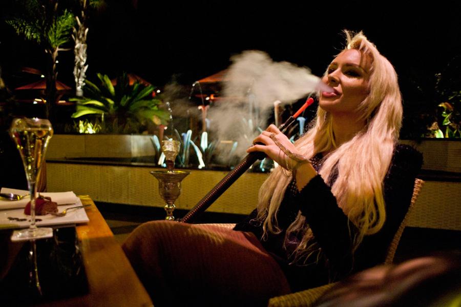 当地时间2013年1月12日,塞浦路斯利马索尔,俄罗斯女孩Katerina Petrova是私立学校的学生,正在酒吧休闲。[Maro Kouri/CFP]