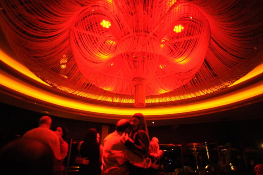 当地时间2013年1月12日,塞浦路斯利马索尔,富裕的俄罗斯人喝着昂贵的鸡尾酒,现身五星级酒店的奢华酒吧。[Maro Kouri/CFP]