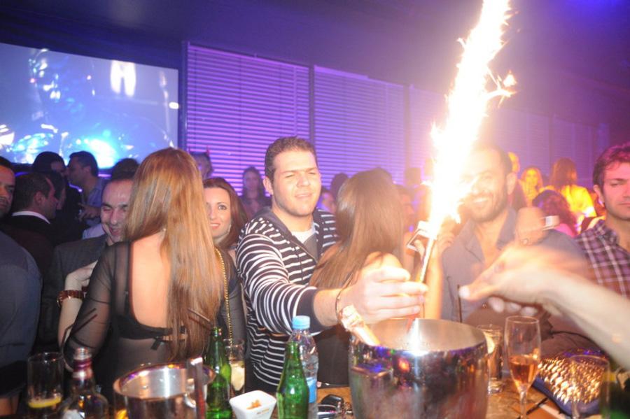 当地时间2013年1月12日,塞浦路斯利马索尔,富裕的俄罗斯和乌克兰人身着奢侈的衣服,在夜店狂欢。[Maro Kouri/CFP]