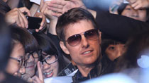Tom Cruise thrills fans at 'Oblivion' premiere in Taiwan