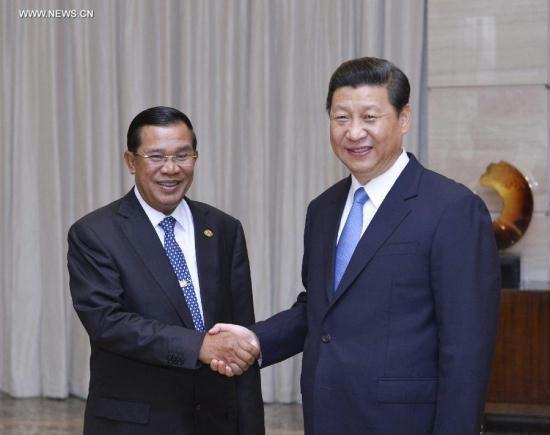 Chinese President Xi Jinping (R) shakes hands with Cambodian Prime Minister Hun Sen during their meeting on the sidelines of Boao Forum for Asia (BFA) Annual Conference 2013 in Boao, south China's Hainan Province, April 7, 2013. [Xinhua]