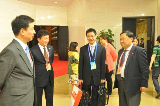 Zhou Mingwei(L), president of China International Publishing Group (CIPG) and a guest attending the on-going Boao Forum for Asia 2013 Annual Conferences, visited the BFA Press Center and spoke with journalists and service personnel from China.org.cn and other agencies affiliated with CIPG on April 7. [Gong Jie/China.org.cn]