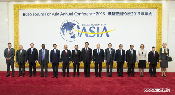 Chinese President Xi Jinping (C) poses for a group photo with leaders of foreign countries and international organizations during the Boao Forum for Asia (BFA) Annual Conference 2013 in Boao, south China's Hainan Province, April 7, 2013. (Xinhua/Li Xueren)