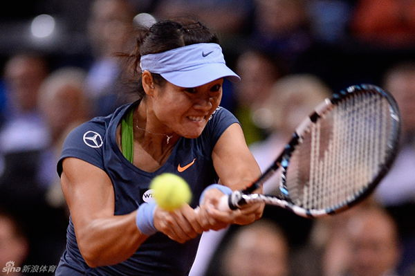 Li Na returns a ball to Mattek-Sands in the semifinal of Stuttgart Grand Prix.