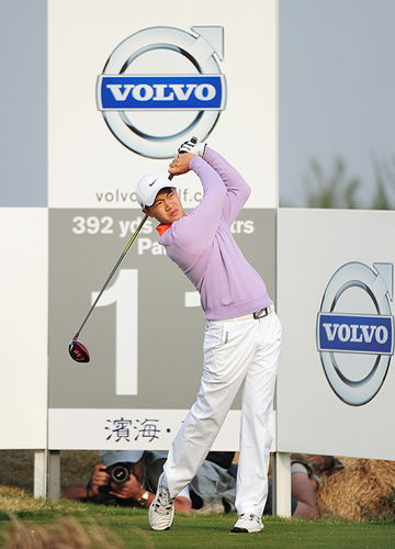 Ye Wocheng watches a shot at the China Open yesterday. Liang finished at 2-over-74.