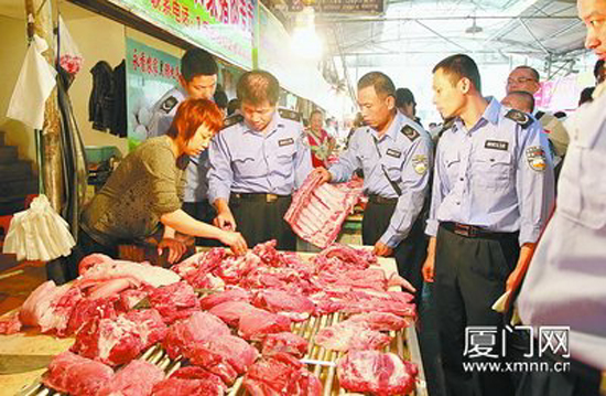 Police have arrested 904 suspects over the past three months who are accused of manufacturing and selling 20,000 metric tons of tainted and substandard meat products, the Ministry of Public Security said on May 2. In this file photo, law enforcement officials inspect a market in Xiamen, Fujian Province.