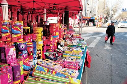 Lighting fireworks may soon die out, survey says.[File photo]