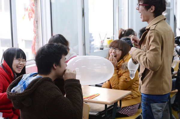 A student made a balloon out of a condom at an AIDS-prevention event at the College of Tourism under Changchun University.[Photo/China Daily]