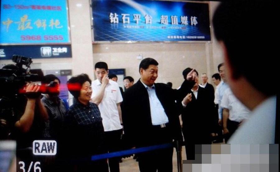 President Xi makes surprise visit to job fair.[Photo/weibo.com]