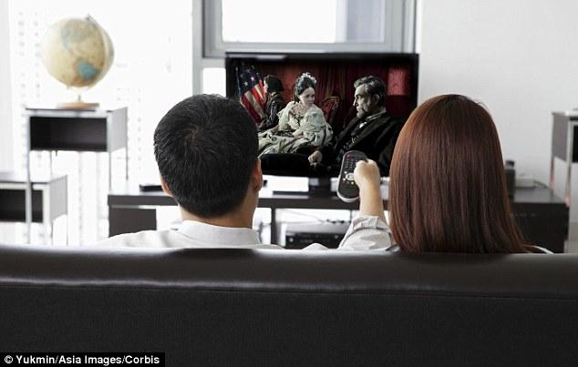 男女爱好大不同 情侣分房看电视