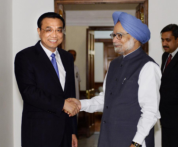 Visiting Chinese Premier Li Keqiang (L) shakes hands with Indian Prime Minister Manmohan Singh prior to their meeting in New Delhi, capital of India, May 19, 2013. [Li Tao/Xinhua]