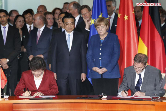 Chinese Premier Li Keqiang (L Center) and German Chancellor Angela Merkel (R Center) attend a signing ceremony after their talks in Berlin, capital of Germany, May 26, 2013.