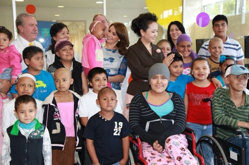 Peng Liyuan, wife of Chinese President Xi Jinping, visits the Federico Gomez Children's Hospital, accompanied by Angélica Rivera, wife of Mexican President Enrique Pena Nieto, on June 3, 2013. [Photo/ sina.com.cn]