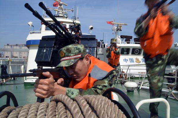 Coast guard personnel in Jiangsu province participate in an anti-terrorism drill near the estuary of the Yangtze River. [Photo/China Daily]