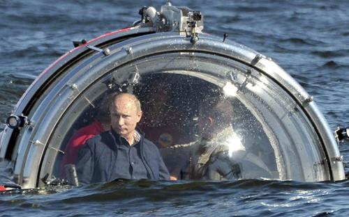Russian President Vladimir Putin rides in a submersible in the Baltic Sea near Gotland Island July 15, 2013 to explore a sunken ship. [CNTV]