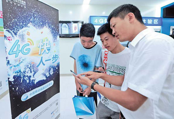 A sales clerk demonstrates the speed of mobile 4G telecom services to customers in Guiyang, Guizhou province. The number of mobile Internet users in the country reached 464 million at the end of June, according to the China Internet Network Information Center. [China Daily]