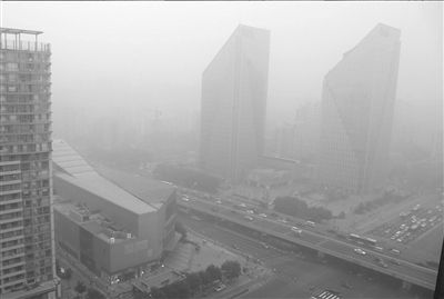 Thick fog blankets Beijing, capital of China, June 28, 2013. [Wang Haixin/The Beijing Times]
