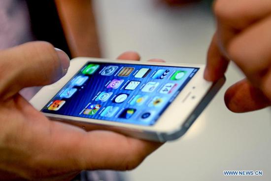 据英国《每日邮报》7月31日报道,最新的研究发现三大智能手机品牌使用者中,iPhone用户最虚荣,黑莓用户最有钱,安卓用户最有礼貌。 这项由Talktalk 移动发起的研究,对上述三个品牌的2000名来自各个行业的用户进行了测试,发现了手机的选择所体现的个性和职业因素。 iPhone用户主要在媒体、出版、零售和教育界工作。他们对自己的外型更在意,在衣着服饰上花费不菲,并且认为自己比使用其他品牌手机的人更有吸引力。他们大多喜欢旅游并在社交网站上表现活跃。 黑莓用户大多在健康、金融和房地产业工