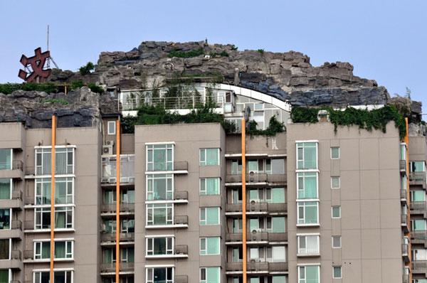 26层楼顶盖别墅 城管限15天内拆除