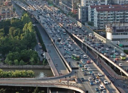 Shanghai is considering introducing a congestion charge on motorists at peak times, in a bid to reduce traffic in downtown. [File photo]