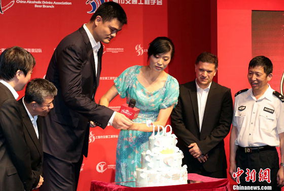 Yao Ming and Ye Li cut the cake when attending the premiere of the film in Shanghai on August 25, 2013.