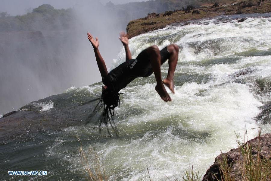 Devil 39 s pool at top of victoria falls for Chutes victoria piscine du diable