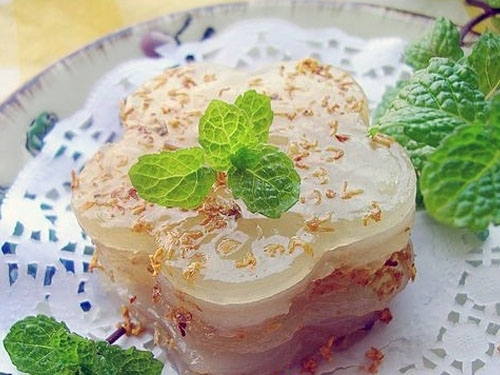 Osmanthus-flavored cake and wine, one of the 'Top 10 Mid-Autumn Festival foods in China' by China.org.cn.