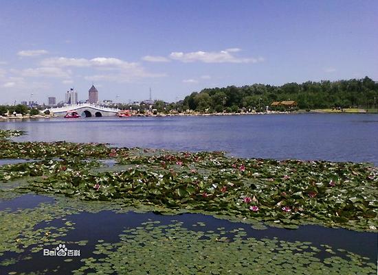 """South Lake Park, uma das """"10 principais atrações em Changchun, China"""" pela China.org.cn."""