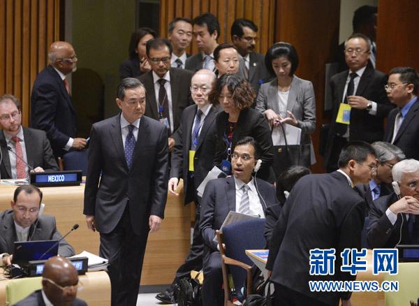9月24日,中国外交部长王毅(左)在纽约联合国总部出席联合国可持续发展高级别政治论坛。[新华社 张军 摄]