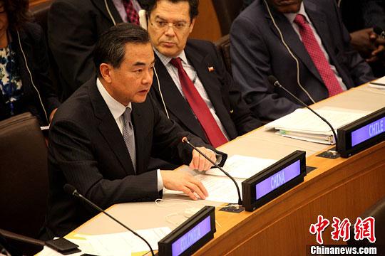 当地时间9月26日,中国外交部长王毅在纽约联合国总部出席77国集团第37届外长年会并作重点发言,表示中国始终是发展中国家一员,愿与77国集团共同努力,加强合作。[中新社 李洋 摄]