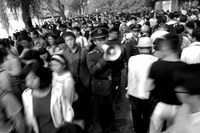 多名武警在颐和园多个出入口疏导客流。
