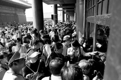 故宫内人满为患,大量游客正趴在宫殿前向内观看。
