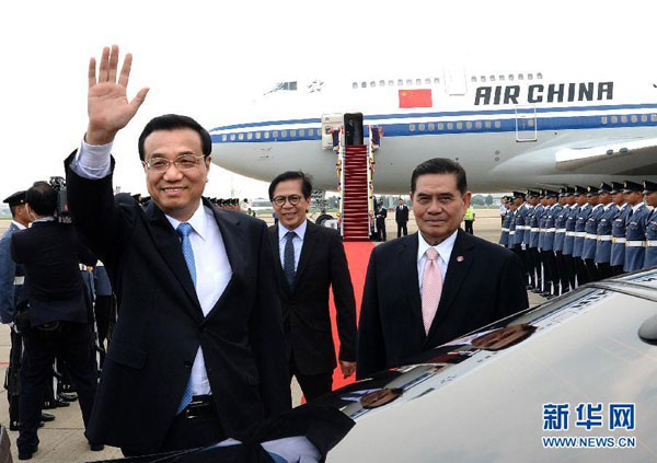 当地时间10月11日,应泰王国总理英拉邀请,中国国务院总理李克强抵达曼谷廊曼机场,开始对泰国进行正式访问。[新华社 刘建生 摄]