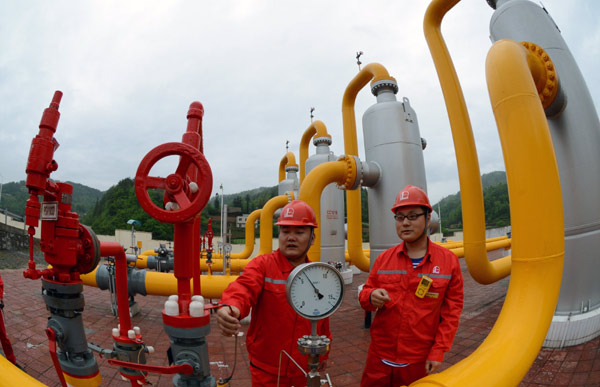 Workers inspect equipment at a natural gas plant in Sichuan province. China's natural gas demand will reach almost 400 billion cubic meters a year by 2025, according to a GE report. [Photo / Provided to China Daily]