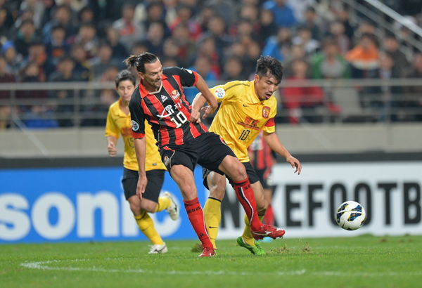 Dejan Damjanovic of FC Seoul and Zheng Zhi of Guangzhou Evergnrade fought for the ball in the first leg of the AFC Champions League final.