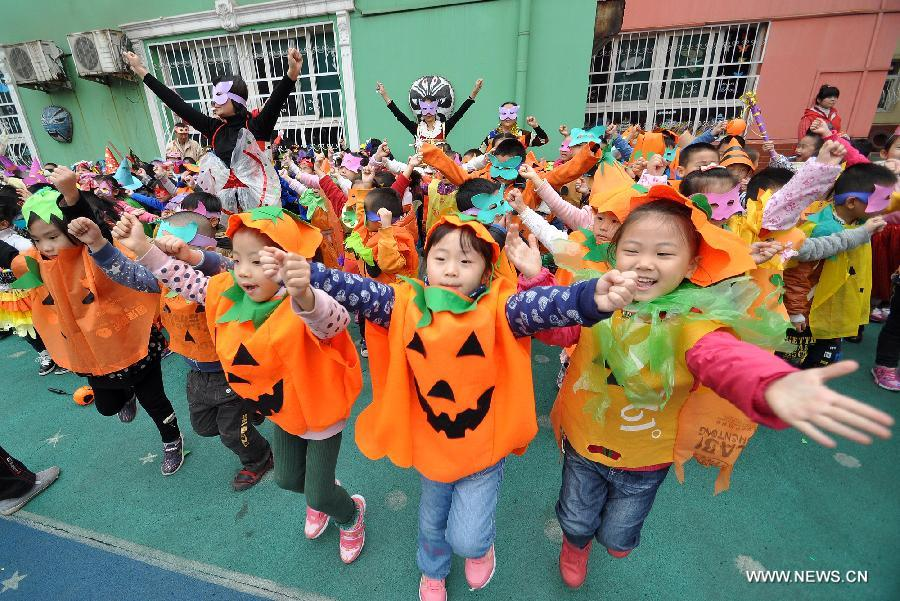 Teachers and children dance in Halloween costumes in a kindergarten in  Handan City, north China\u0027s