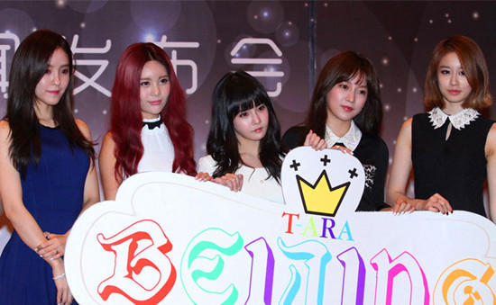 The famous South Korean girl group T-ara pose for photos at a press conference in Beijing, November 8, 2013. Their debut concert in China will be held in Beijing, November 9, 2013. [Zhang Rui / China.org.cn]